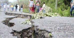 UNIÓN JUAREZ, CHIAPAS, 07JULIO2014.- Tres personas fallecieron y seis resultaron lesionadas de gravedad, luego del sismo de 6.9 grados, ocurrido a las 6:23 de la mañana, con epicentro en el municipio de Tapachula, en la frontera con Guatemala. De acuerdo al reporte del Instituto de Protección Civil del gobierno de Chiapas, el sismo causó, además de los decesos, daños materiales en más de 500 casas,  al menos 70 de ellas colapsadas en su totalidad en los municipios de Mapastepec y Cacahoatán.         FOTO: ELIZABETH RUIZ /CUARTOSCURO.COM