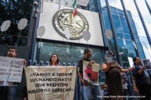 CIUDAD DE MÉXICO, 24AGOSTO2017.- Familiares de algunos migrantes que fueron asesinados en San Fernando, Tamaulipas en el año 2010, realizaron una protesta afuera de la Procuraduría General de la República (PGR) para exigir justicia a las autoridades mexicanas, ya que aún no se ha identificado a todos los cuerpos y no se les han dado acceso a los expedientes. FOTO: DIEGO SIMÓN SÁNCHEZ /CUARTOSCURO.COM