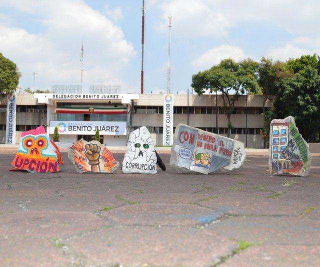 intervienen_trozos_de_escombro_para_protestar_contra_corrupcion_1