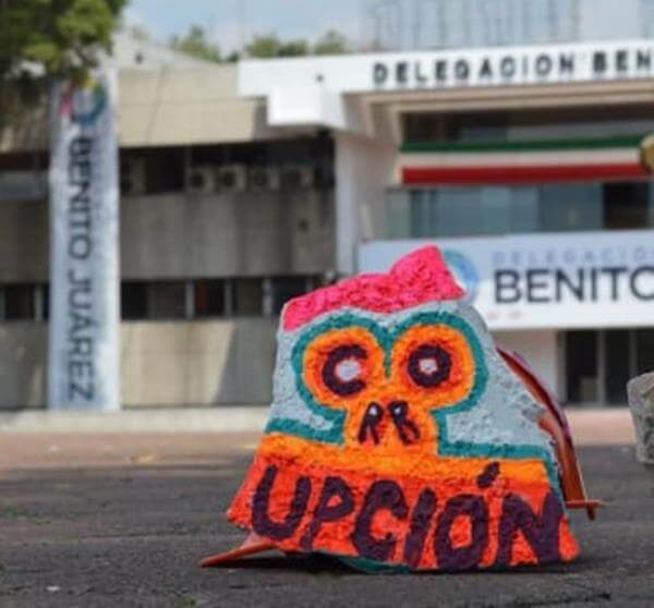 intervienen_trozos_de_escombro_para_protestar_contra_corrupcion_tres