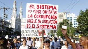 Manifestantes-llevan-pancartas-corrupcion-Panama_MEDIMA20150130_0064_5-1