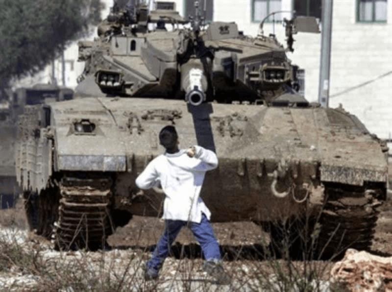 Un niño palestino enfrenta un tanque israelí durante la Intifada