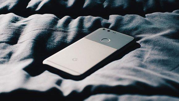 celular-en-la-cama-580x327