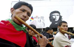 """© Pablo Pérez 2008   Marcha Indígena """"Minga Social de Resistencia Indígena"""" llevada a cabo en Colombia durante los meses de Octubre y Noviembre de 2008, en la cual los pueblos indígenas de Colombia se unieron para protestar contra las políticas del Gobierno de Alvaro Uribe.   INtegrantes de la Minga Social de Resistencia Indígena entran a la explanada """"Che Guevara"""" de la Universidad Nacional de Colombia, última parada antes de llegar a Plaza Bolivar.  Pablo Pérez, Noviembre 2008, Bogotá, region de Cundinamarca, Colombia"""