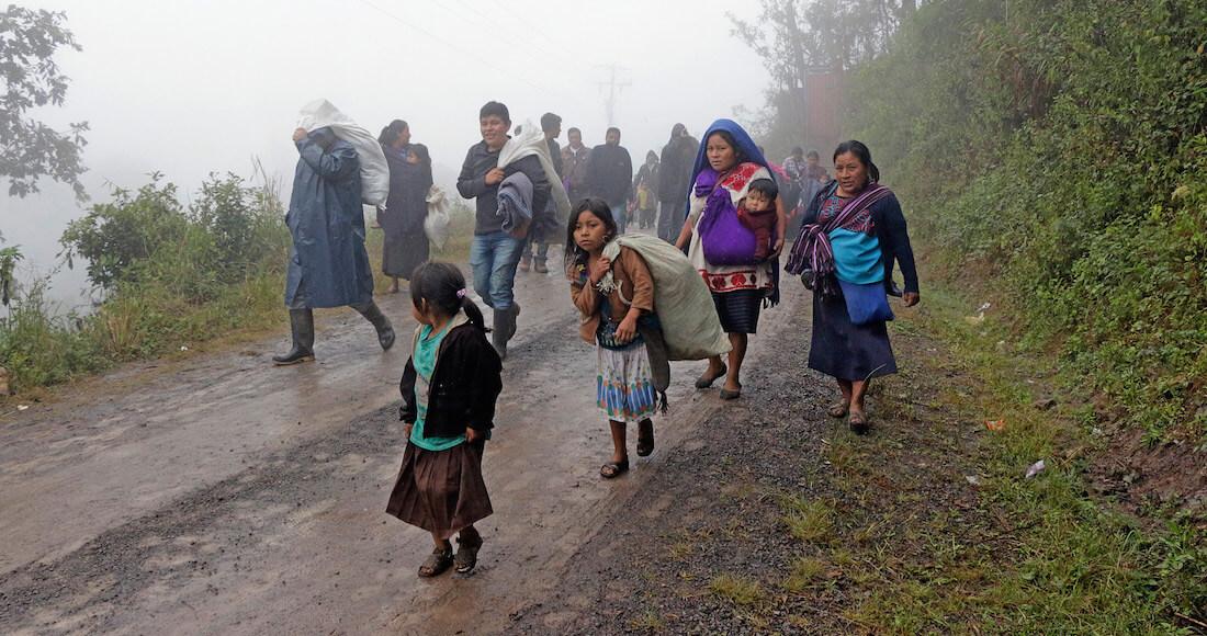 CHALCHIHUITAN, CHIAPAS, 02ENERO2018.- Alrededor de 50 familias desplazadas del municipio de Chalchihuitán, Chiapas, decidieron regresar a sus viviendas para poder pasar la temporada invernal debido al incremento de enfermedades respiratorias por el mal tiempo y las condiciones deplorables en las que se encuentran viviendo. Autoridades locales, miembros de iglesias y representantes de familias desplazadas se reunieron para determinar el regreso y las condiciones debido al temor que aún se vive en la zona de volver a ser desplazados. FOTO. JACOB GARCÍA /CUARTOSCURO.COM
