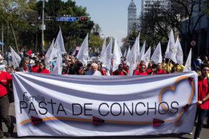 """CIUDAD DE MÉXICO, 18FEBRERO2018.- Con motivo del doceavo aniversario de la tragedia en la mina de carbón Pasta de Conchos, en Coahuila. Familiares de los mineros, marcharon del Hemiciclo a Juárez a la Bolsa Mexicana de Valores (BMV) para exigir justicia y la recuperación de los cuerpos de los fallecidos. En las inmediaciones de la BMV fue colocado un antimonumento con el número 65 y la legión """"A una voz, ¡rescate ya!. Los familiares señalaron a Germán Larrea Mota Velasco, presidente de Grupo México, como responsables de la tragedia, así como a las autoridades de la entidad. De igual modo, fue auspiciada una misa frente al inmueble encabezada por el obispo Raúl Vera.  FOTO: GALO CAÑAS /CUARTOSCURO.COM"""